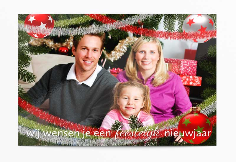 Feestelijke kerstkaart met foto, dennetakken en slingers
