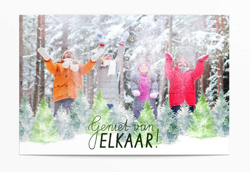 Kerstkaart met foto en gekleurde kerstbomen - Geniet van elkaar