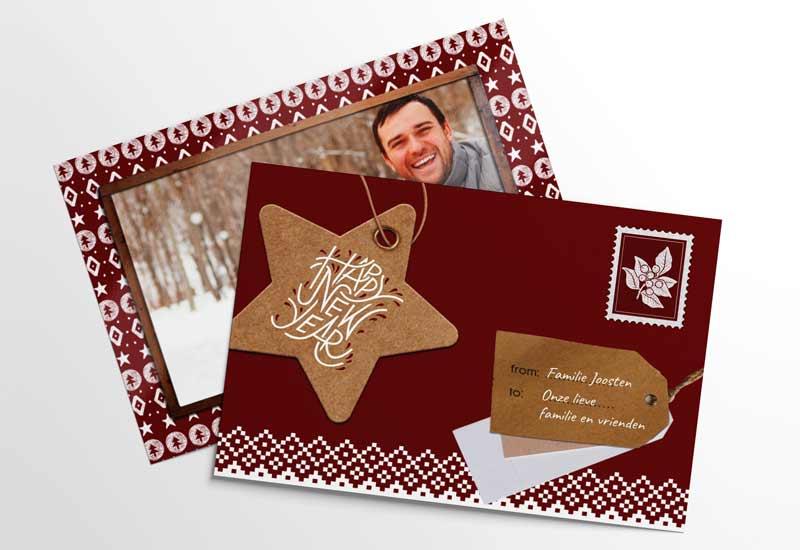 Kerstkaart met foto in houten lijst met patroonachtergrond