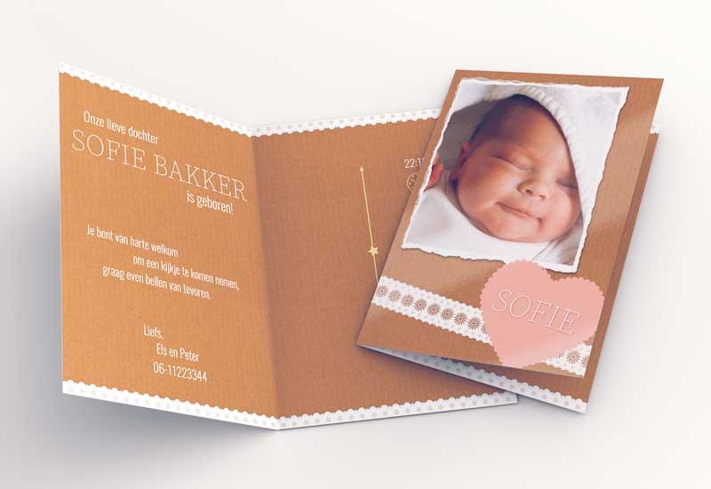 Simpel geboortekaartje met foto en linten op karton
