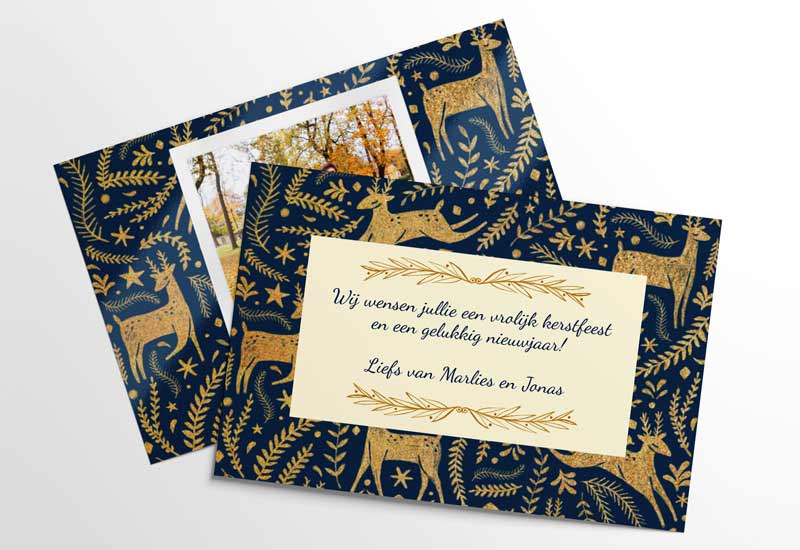 Kerstfotokaart met gouden versieringen op blauwe achtergrond
