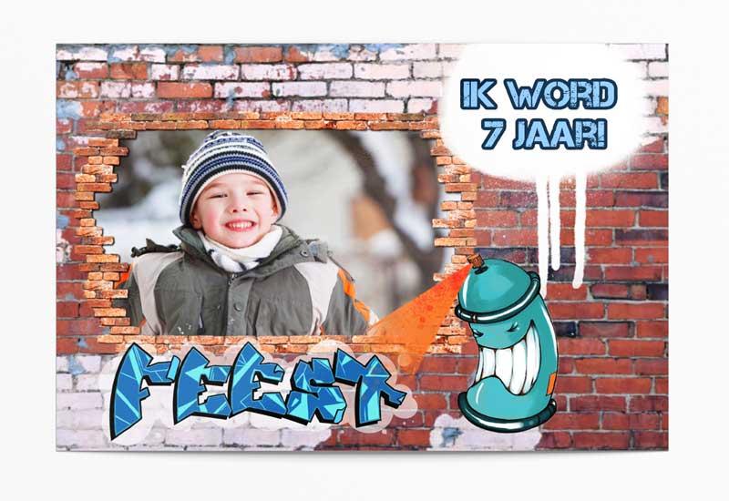 Stoere feestjesuitnodiging met graffiti op bakstenen muur