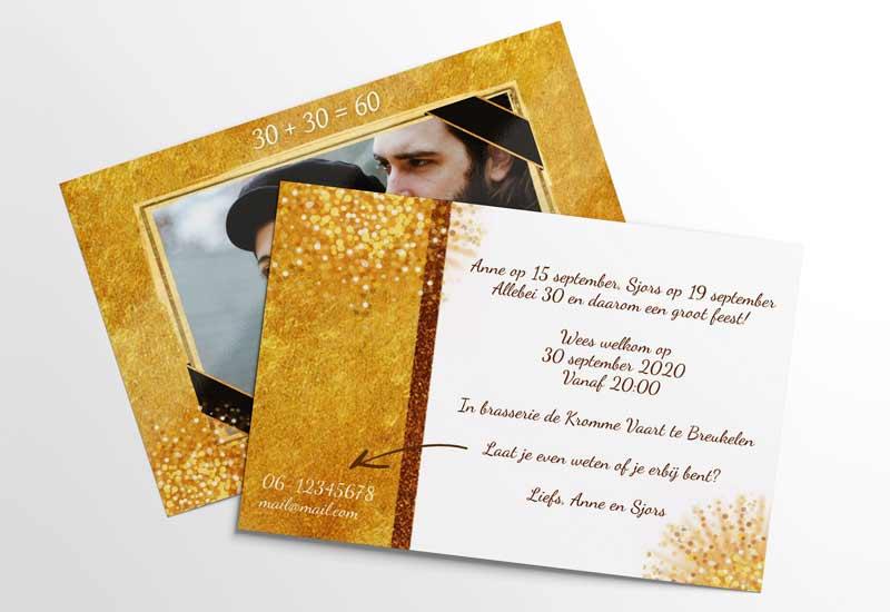 Uitnodiging met foto en gouden elementen
