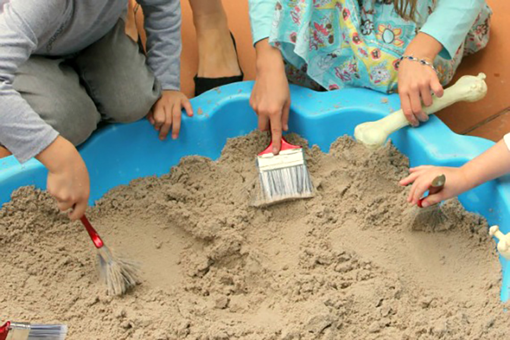 Dino kadootjes opgraven. Spelletje voor kinderfeestje met thema.