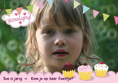 uitnodiging voor kinderfeestje met slingers en cupcakes